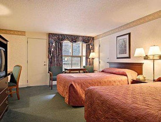 Days Inn Gatlinburg on the River : Standard Two Queen Bed Room