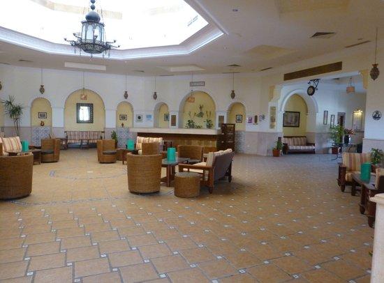 Flamenco Beach and Resort: Lobby der Strassenseite