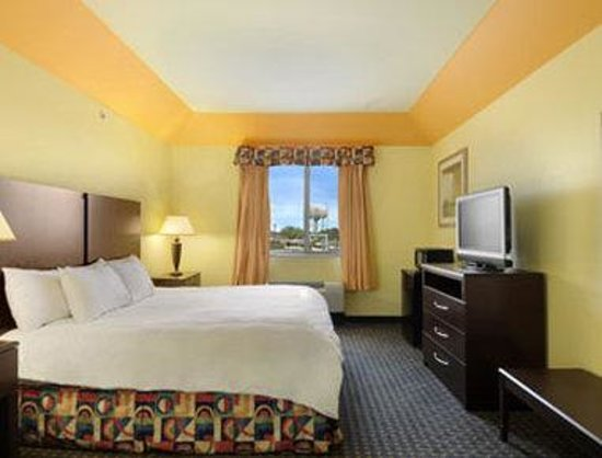 Days Inn & Suites Cleburne TX : Standard King