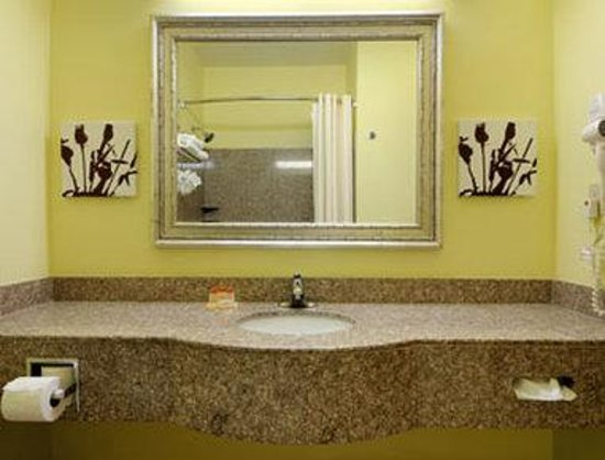 Days Inn & Suites Cleburne TX : Bathroom