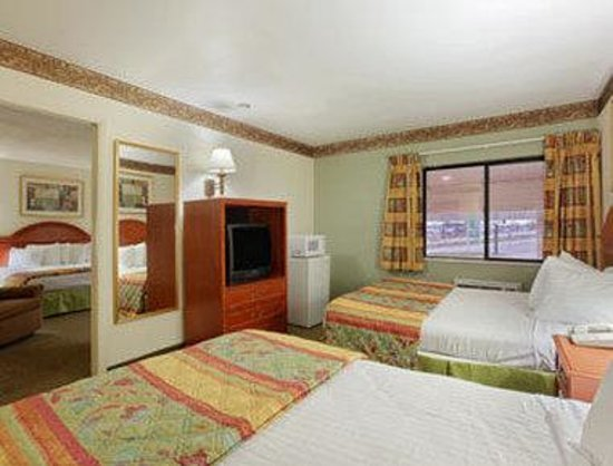 2 Queen 1 King Suite Bild Von Days Inn Portage Portage