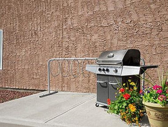 Days Inn Edmonton South: BBQ Area