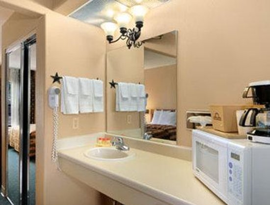 Days Inn & Suites Llano : Bathroom