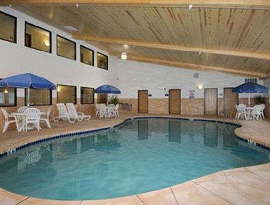 AmeriVu Inn & Suites: Pool