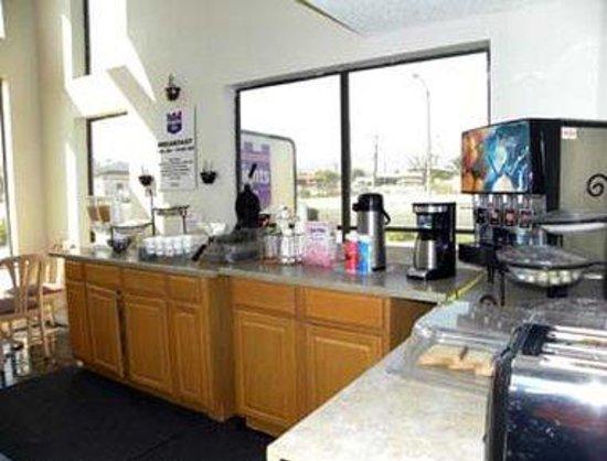 Knights Inn Ontario: Breakfast Area
