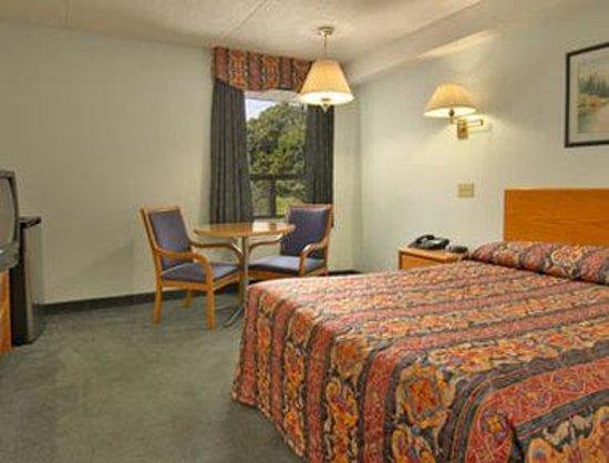 Super 8 Toronto East: Standard One Queen Bed Room