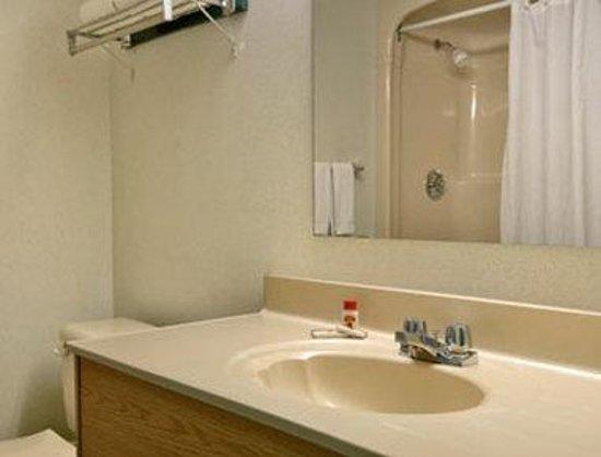 Super 8 Toronto East: Bathroom