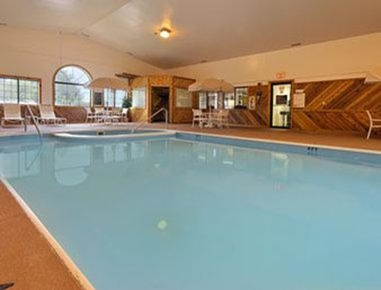 Super 8 Coshocton Roscoe Village: Enjoy the heated indoor pool & relax in the hot tub.