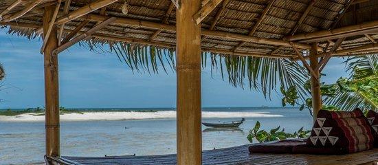 Baan Manali Resort: beach bamboo floor