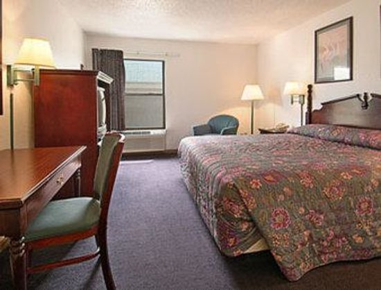Super 8 Harrisburg : Standard King Bed Room
