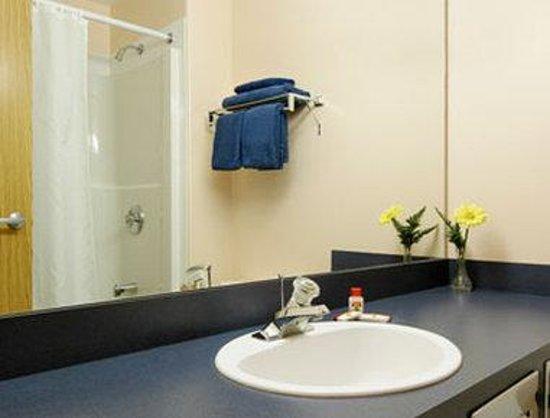 Super 8 Vermilion AB: Bathroom