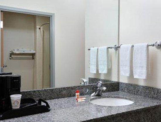 Super 8 Salina: Bathroom