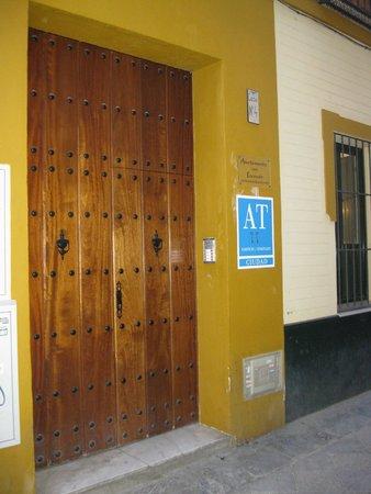 Apartamentos Mariscal: Il portone di accesso comune