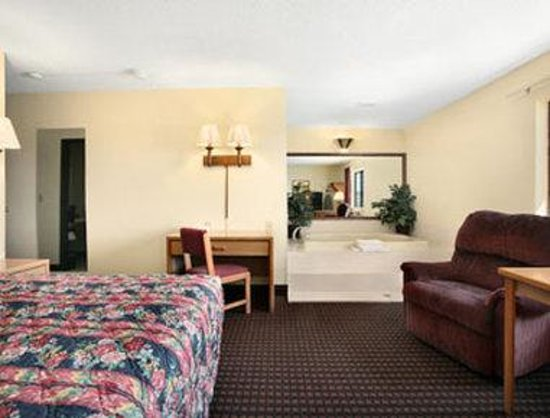Super 8 Valentine NE: Standard King Bed Room