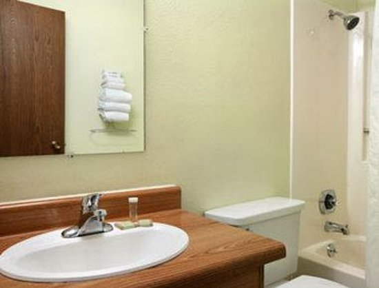 Super 8 Valentine NE: Bathroom