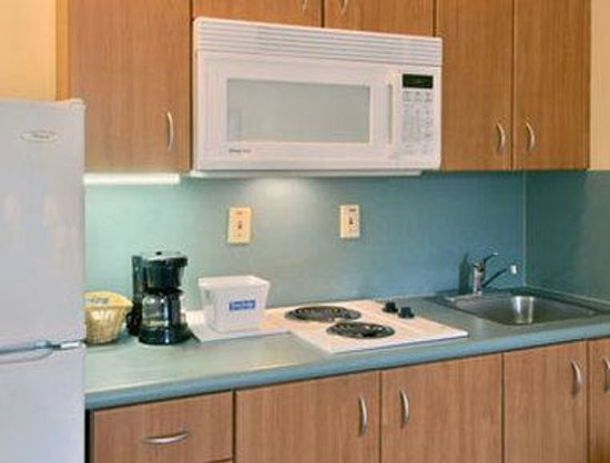 Travelodge Suites Lake Okeechobee : Kitchen