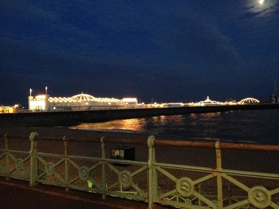 Brighton Palace Pier : The pier from the main street