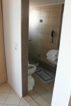 Kronos Hotel: Bathroom