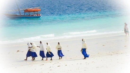 Royal Zanzibar Beach Resort: Les élèves sur le chemin de l.école.