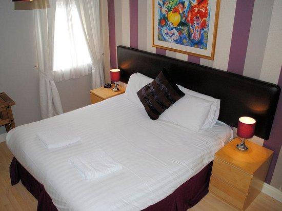 Canon Court Apartments: double bedroom