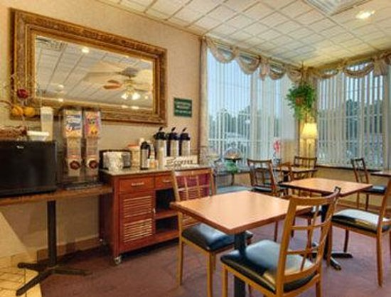 Travelodge Inn and Suites Latham : Breakfast Area
