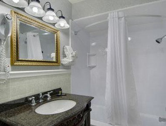Travelodge Inn and Suites Latham : Bathroom