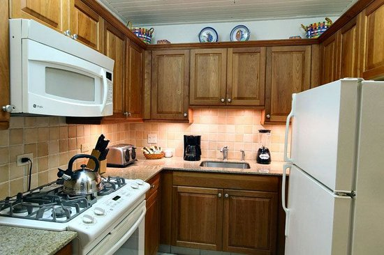 Carimar Beach Club : Fully equipped kitchen with granite counters