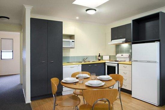 Noosa Lakes Resort: Australis Hotel Noosa Lakes Apartment Kitchen