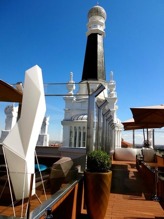 ME Madrid Reina Victoria : The rooftop bar.