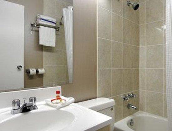 Super 8 Niagara Falls North: Bathroom
