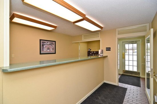 Americas Best Value Inn Chillicothe: Front Desk