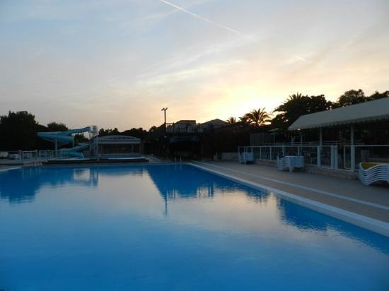 Camping Sandaya Douce Quietude: Pool area at sunset
