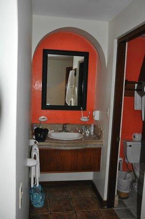 Hotel Tamarindo Diria: Das Lavabo ist getrennt vom Bad - ideal!