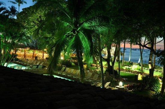 Hotel Tamarindo Diria: Der Garten beim Eindunkeln