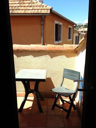 Hotel du Grand Jardin de Cassis: Petite terrasse avec la chambre 18