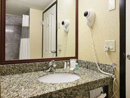 Baymont Inn & Suites Bremerton WA : Bathroom