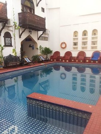 Dhow Palace Hotel: Pool Cafe
