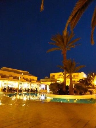 ClubHotel Riu Oliva Beach Resort: Annex at night