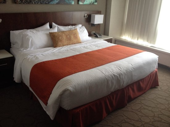 Delta Hotels by Marriott Ottawa City Centre : Lit king chambre moderne