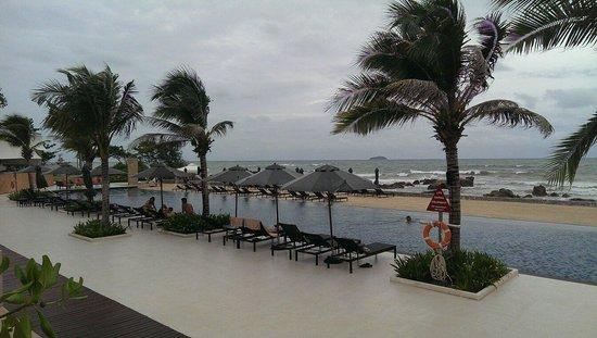 Rayong Marriott Resort & Spa: Bar side infinity pool