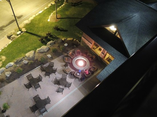 Hampton Inn & Suites Lake Placid: Hampton Inn patio and fire pit at night