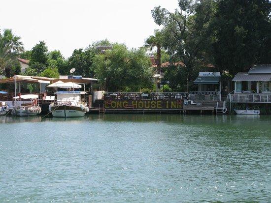 Longhouse Inn: Hotel from boat