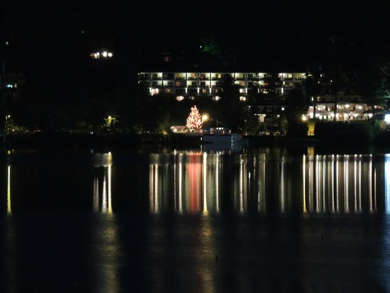 Hampton Inn & Suites Lake Placid: Mirror Lake Inn at night - view from the balcony
