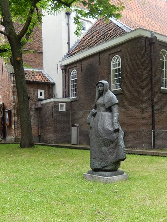 Beginenhof (Begijnhof): begijnhof - cortile - statua beghina