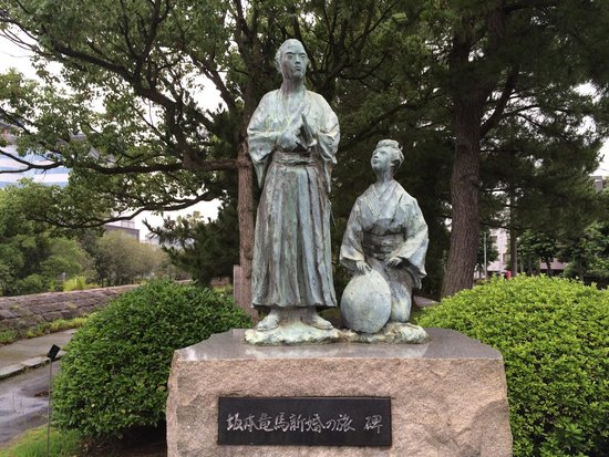 The Monument of a Honeymoon Trip of Ryoma Sakamoto: 天保山公園の記念像