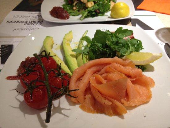 Vero bistro pisa : Smoked salmon with advocado and vine tomatoes