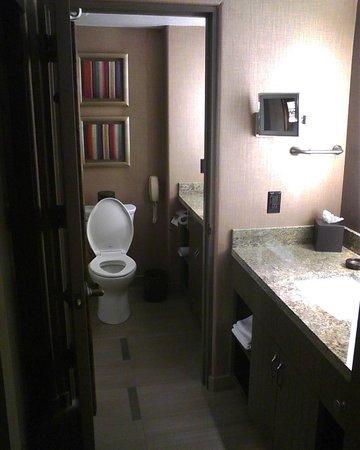 JW Marriott Scottsdale Camelback Inn Resort & Spa: Room 423 Bathroom and Vanity