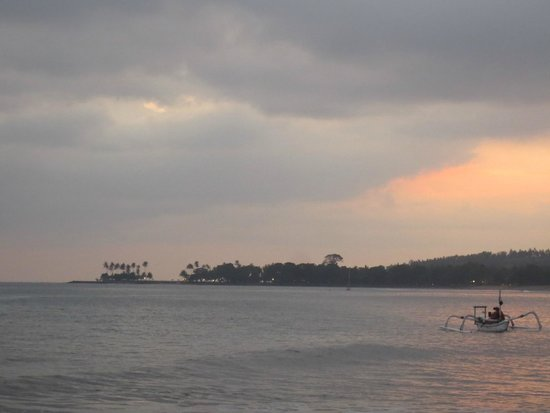 Sunset House Lombok: walk along the beach