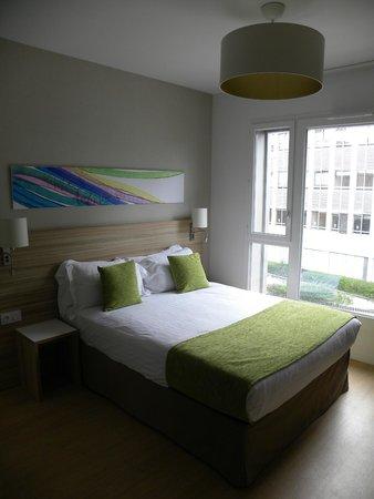 Quality Suites Lyon 7 Lodge: lit coté rue