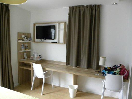 Quality Suites Lyon 7 Lodge: espace TV bureau